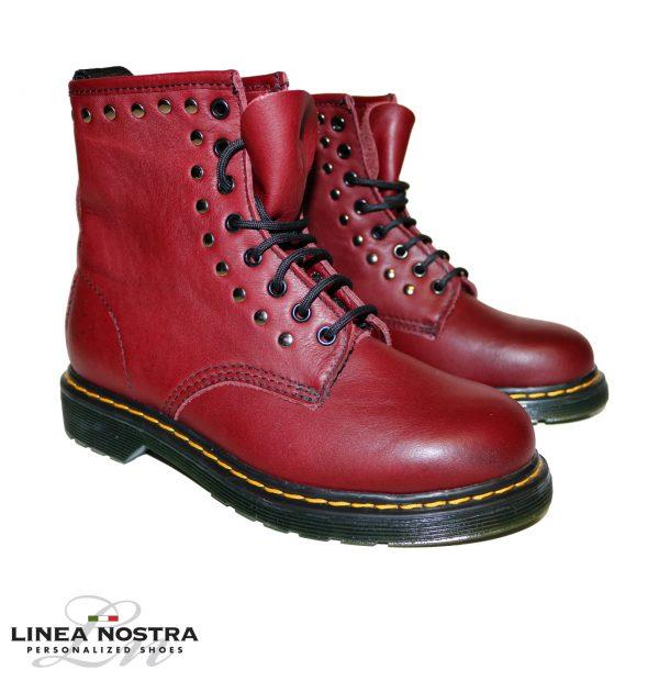 Modello Dottor Martens rosso